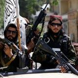 Schwerbewaffnete Taliban-Kämpfer in den Strassen von Kabul: Die neuen Machthaber verbreiten Todesangst in der Bevölkerung. (Bild: Rahmat Gul / AP)
