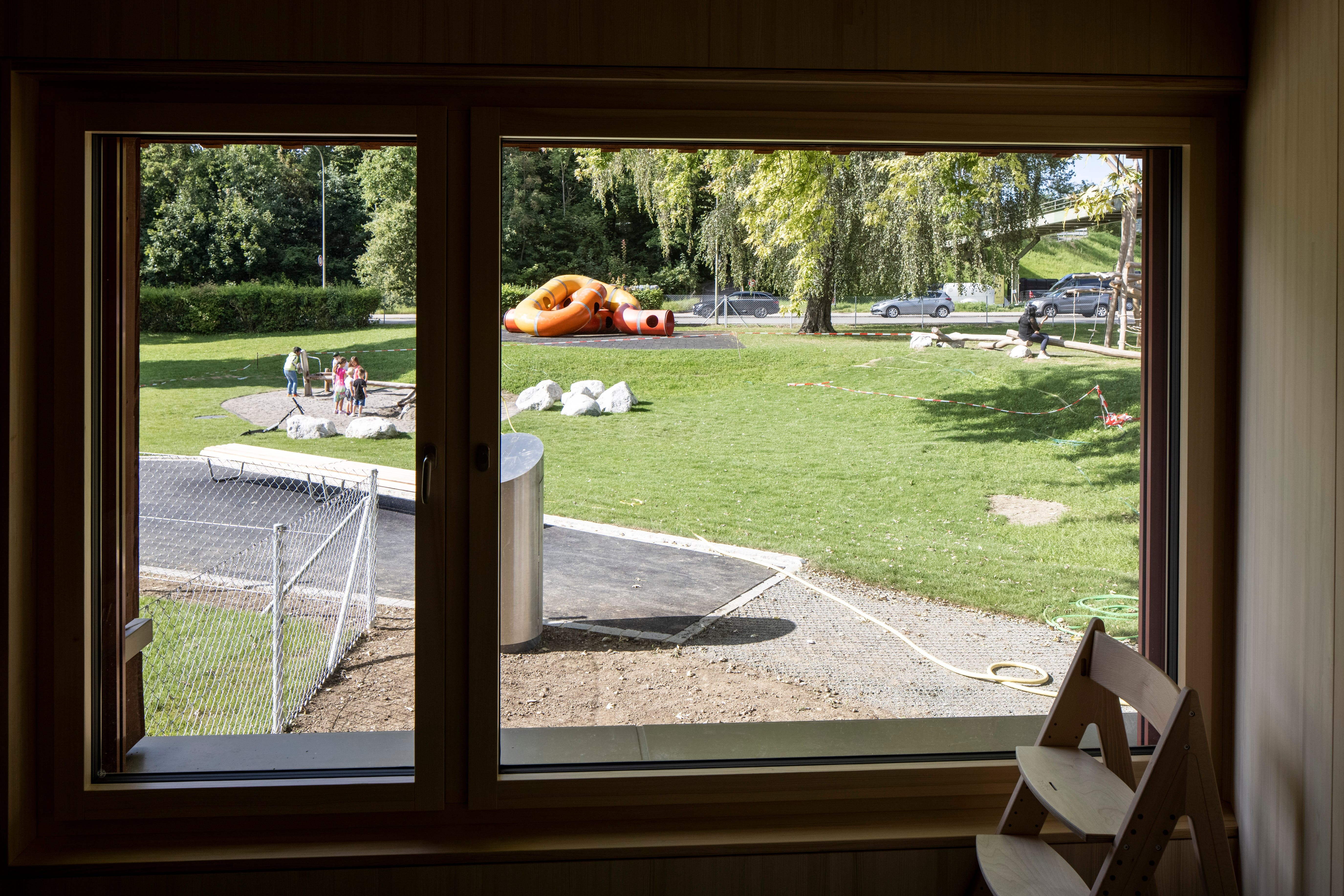Im Erdgeschoss des Gebäudes sieht man direkt in den aufgewerteten Quartierpark Lozziwiese. Er hält nun noch mehr Spielmöglichkeiten für die Kinder parat. Der bekannte Lozziwurm wurde beibehalten.