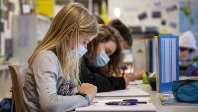 Ab Mittwoch wieder ein alltägliches Bild in Aargauer Schulen: Bereits 5. und 6. Klässler tragen Masken. (key)