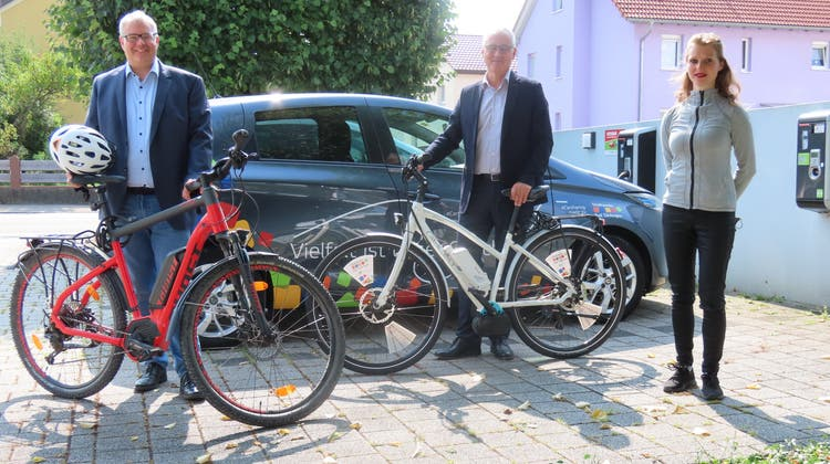 Alexander Guhl, Udo Engel und Iris Schneider (von links) sehen das E-Bike-Sharingzwischen Stein und Bad Säckingen positiv. (Gerd Leutenecker (20. August 2021))