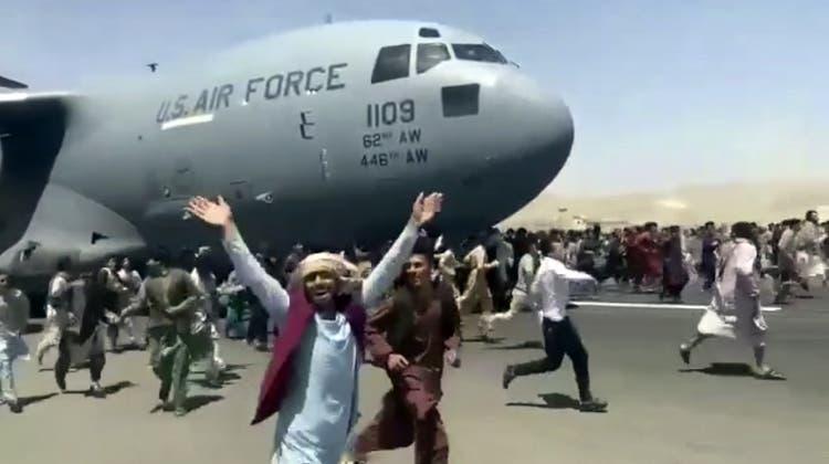 US-Rückzug aus Afghanistan: Szene vom Flughafen in Kabul. (AP)