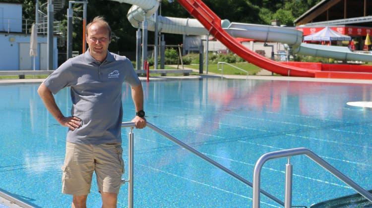 So wenig Eintritte wie dieses Jahr im Strandbad Rheinfelden hat Betriebsleiter Willy Vogt schon lange nicht mehr gezählt. (Bild: Dennis Kalt / Aargauer Zeitung)