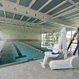 Schulwart Werner Bolliger führt den Luft für Rollstuhlbenutzerinnen und -benutzer vor. (Bruno Kissling)