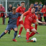 Avdi Halimi, Innenverteidiger des FC Iliria, attackiert von Lommiswil-Angreifer Giovanni Carnibella. (Jose R. Martinez)