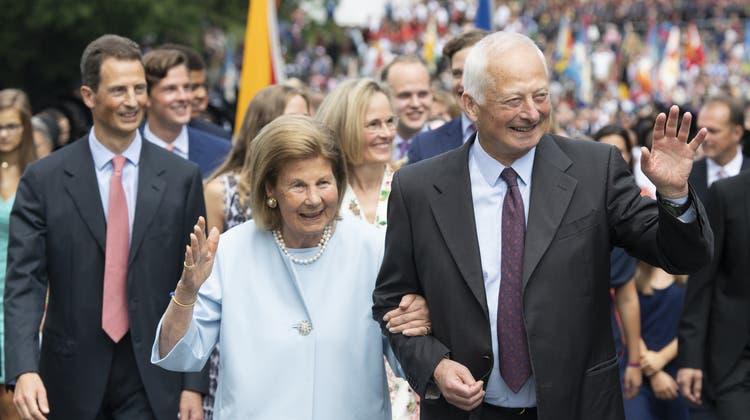Die Fürstin Marie zusammen mit ihrem Ehemann Fürst Hans-Adam II. unterwegs in Vaduz am Liechtensteiner Staatsfeiertag 2019. (Bild: Keystone)