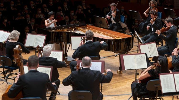 Yuja Wang auf gleicher Höhe wie das Lucerne Festival Orchestra. (Priska Ketterer/Lucerne Festival)