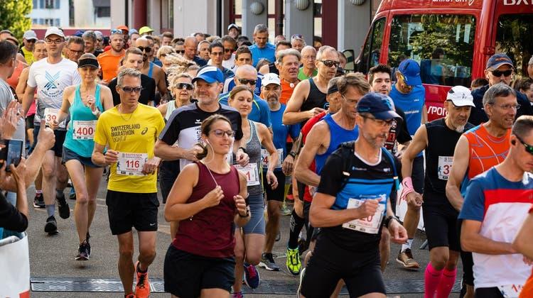 Die Läuferinnen und Läufer machen sich auf die 21 km lange Strecke. (vvg/Roman Nietlispach)