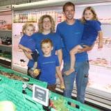 Familie Rohner (v. l.) Noel, Carina, Nando, Heinz und Nora, bieten in ihrem Lebensmittelgeschäft, nebst dem grossen Gemüsesortiment, alle Artikel für den täglichen Bedarf an. (Bild: Rew)