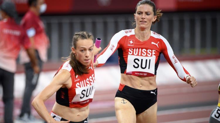 Lea Sprunger übergibt an den Olympischen Spielenvon Tokio den Stab an die Zugerin Silke Lemmens. (Laurent Gillieron / KEYSTONE)