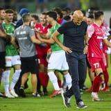 Im Nachgang der Partie gegen den FC Sion: Tumulte auf dem Rasen, ein nachdenklicher Trainer des FC St.Gallen. (Bild: Gian Ehrenzeller/Keystone)