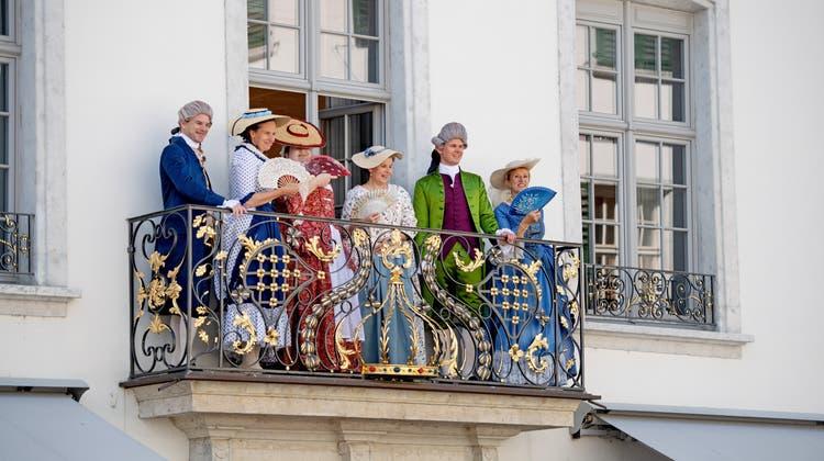 Barocktage: Organisatoren und ihre Begleitung in barocker Kleider beim Hotel Couronne: Erich Weber, Tamara Weber, Claudia Ravazzolo, Ewa Berg, Andreas Affolter, Franziska Weber-Schmid. (zvg)