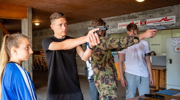 Übung Militärverein Grenchen zum 150-Jahr-Jubiläum: Kevin Bläsi zeigt einer Jungschützin die Handhabung einer Pistole. (Michel Lüthi/Bilderwerft.ch / Solothurner Zeitung)