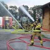 Eine Aufgabe bei der Einsatzübung: Das Übergreifen des Feuers auf benachbarte Gebäude verhindern. (Bild: Corinne Hanselmann)