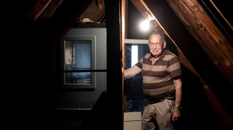 Turmuhrwärter Christof Neumann: 30 Jahre lang hat er das Uhrwerk gepflegt. Jetzt wird er durch einen modernen Schaltkasten ersetzt. (Severin Bigler)