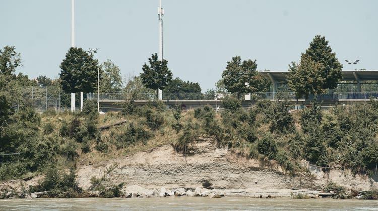 Auf der Höhe der Grenzacherstrasse wurden Teile der Böschung weggespült und mit dieser einige Fischergalgen. (Bild: Roland Schmid)