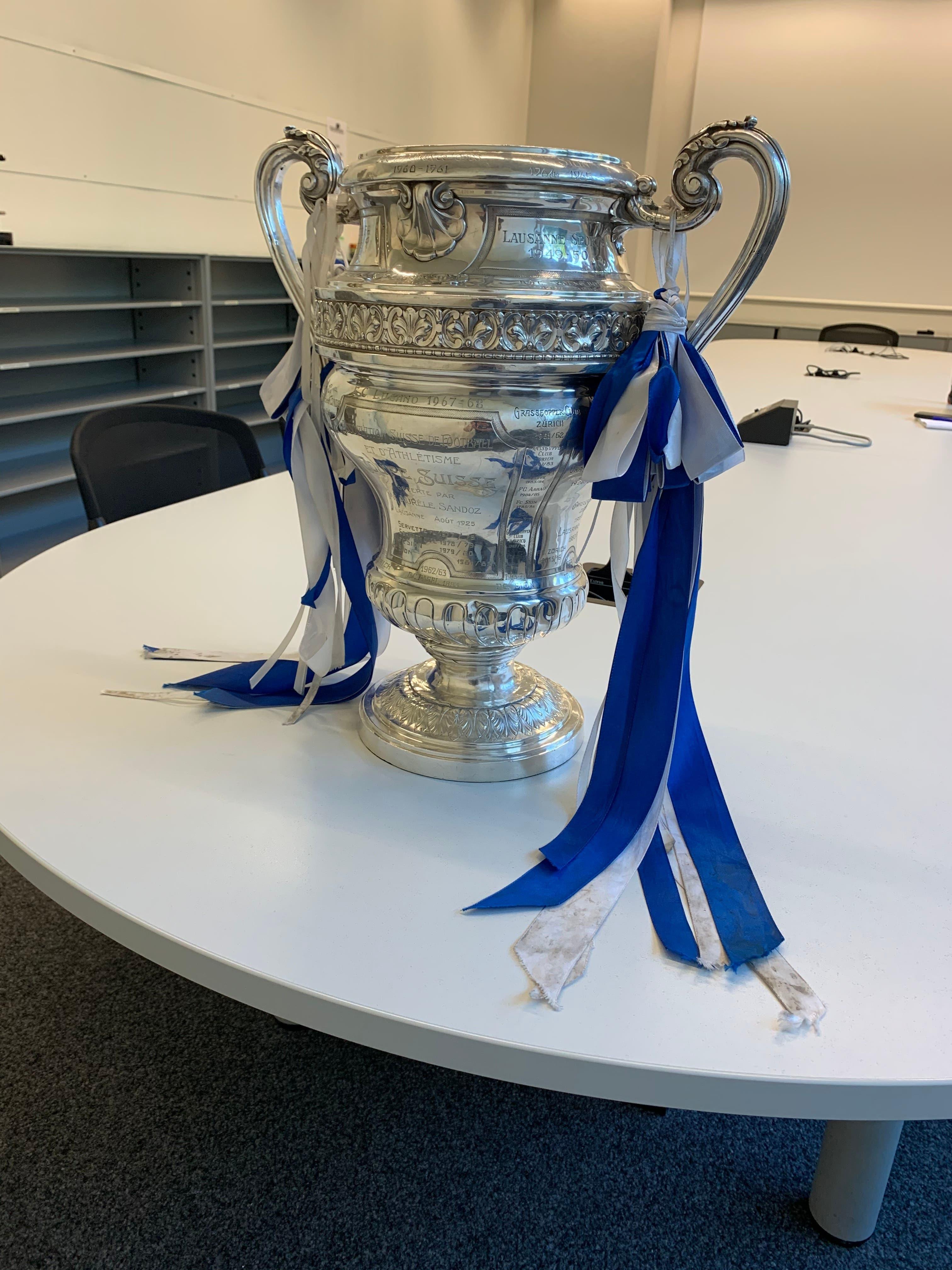Die Sandoz Trophäe, die jeweils dem Cupsieger im Schweizer Fussball übergeben wird, im Redaktions-Sitzungszimmer der Luzerner Zeitung. Nach dem Cupsieg bunkert der FCL den Chöbu, wie der Pokal auch genannt wird, nicht in den Katakomben der Swissporarena ein, sondern bringt ihn unter die Leute.