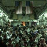 Ein Militärtransporter vom Typ C-17 Globemaster III vor dem Abflug aus Kabul: Die USA haben am Sonntag binnen 24 Stunden 10'000 Menschen aus Afghanistan geholt. (Senior Airman Taylor Crul / AP)
