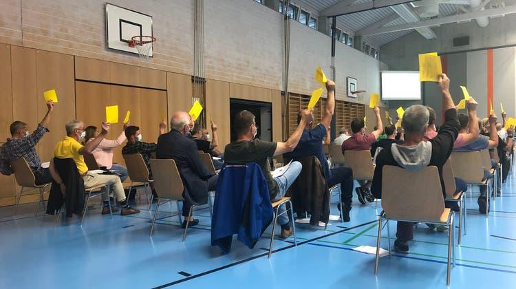 Gegenstimmen blieben an der Versammlung in der Mehrzweckhalle in Reitnau aus. (Cynthia Mira / Aargauer Zeitung)