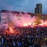 10'000 Fans waren zur unbewilligten Feier auf der Allmend geströmt. (Bild: Luzerner Zeitung)