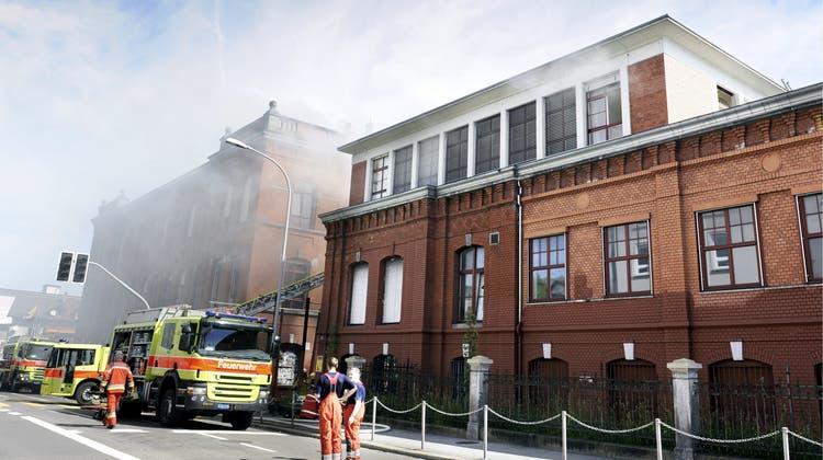 Die Zürcher Feuerwehr beim Löschen des Brandes in der Roten Fabrik im Jahr 2012. (Walter Bieri)
