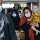 Aus Kabul evakuierte Menschen am internationalen Flughafen von Washington. (Jose Luis Magana / AP)