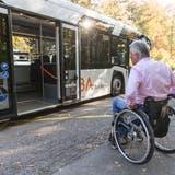 Rollstuhlfahrer steigt in einen Bus. (Claudio Thoma)
