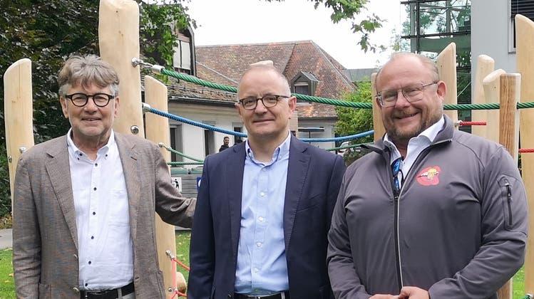 """Spielplatz im Schlosspark: Stadtrat Hanspeter Thür, Stadtpräsident Hansperter Hilfiker und """"Biergarten""""-Betreiber Rolf Portmann (Urs Helbling / Aargauer Zeitung)"""