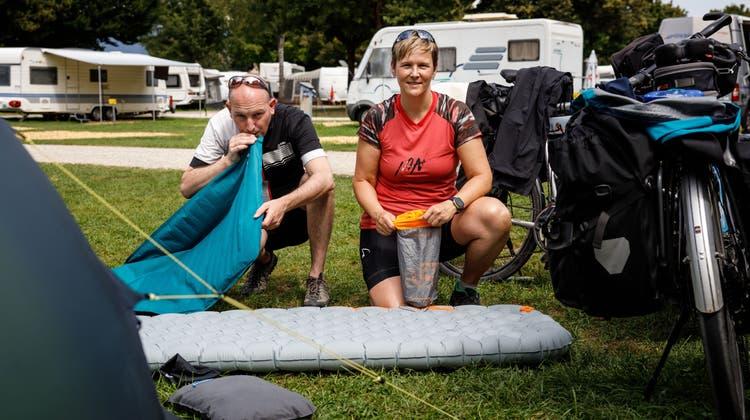 Simon Fankhauser und Renate Scheurer aus Bern sind erfahrene Zelt-Reisende. Da aber immer mehr Leute ohne Camping-Erfahrung auf die Zeltplätze der Nation drängen, entstehen neue Konflikte. (Hanspeter Bärtschi)