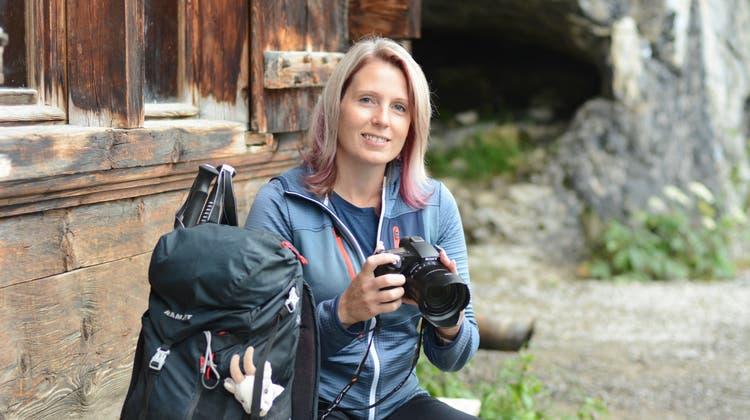 Das «Alpsteinmeitli» alias Claudia Strässle vor dem Wildkirchli. (Karin Erni)