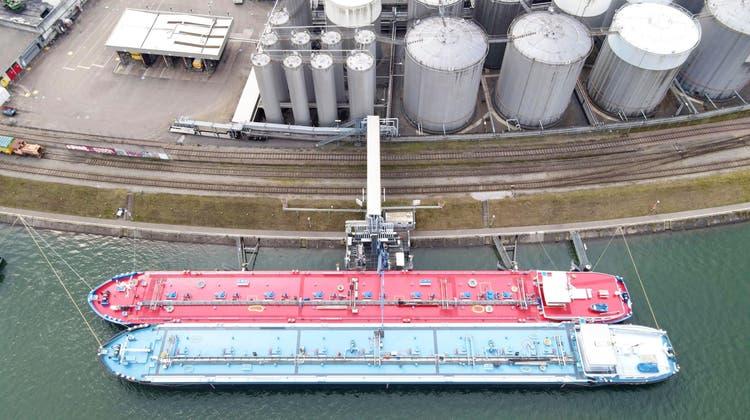 Eines der zwei Tanklager der Varo Energy im Birsfelder Hafen. Geht es nach dem Unternehmen, wird es bald auch mit Wasserstoff handeln. (bwi)