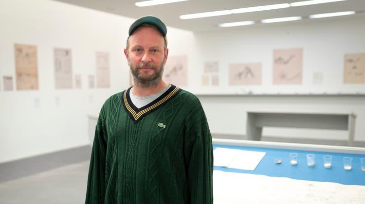 Thomas Stüssi vor seinem «Experimentierfeld» in der Kunsthalle Ziegelhütte in Appenzell. (Bild: Claudio Weder (Appenzell, 24. August 2021))