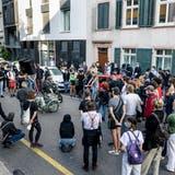 Am Dienstagabend versammelten sich rund 60 Personen zu einer Demonstration vor dem Basler Strafgericht. Sie wollten zudem der verstorbenen Nalika M.* gedenken. (Kenneth Nars)