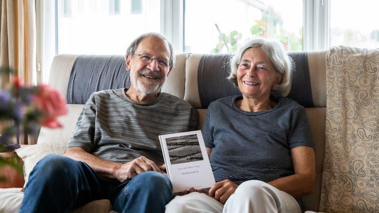 Das Ehepaar Alois (82) und Ana (75) Lang hat zusammen das neue Buch «Anderswie» mit Geschichten und Fotos veröffentlicht. (Valentin Hehli)