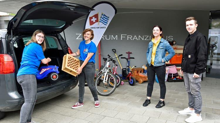 Ladinaund Tabea Wick laden gespendetes Material aus dem Auto. Lorena Bachmann und Nico Eggmannsind ebenfalls im Team «Swiss for Greece». (Bild: Mario Testa)
