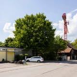 Das Kindergartenprovisorium Oberdorf und dieNötzlischeunerechts daneben sollen für 7,27 Millionen Franken überbaut werden. (Severin Bigler)