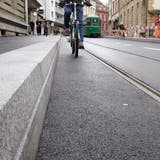 Wie hier an der Elisabethenstrasse sind in Basel zahlreiche Tramhaltestellen umgebaut worden. Die Haltekante ist höher, teilweise der Bordstein näher am Gleis. (Kenneth Nars)