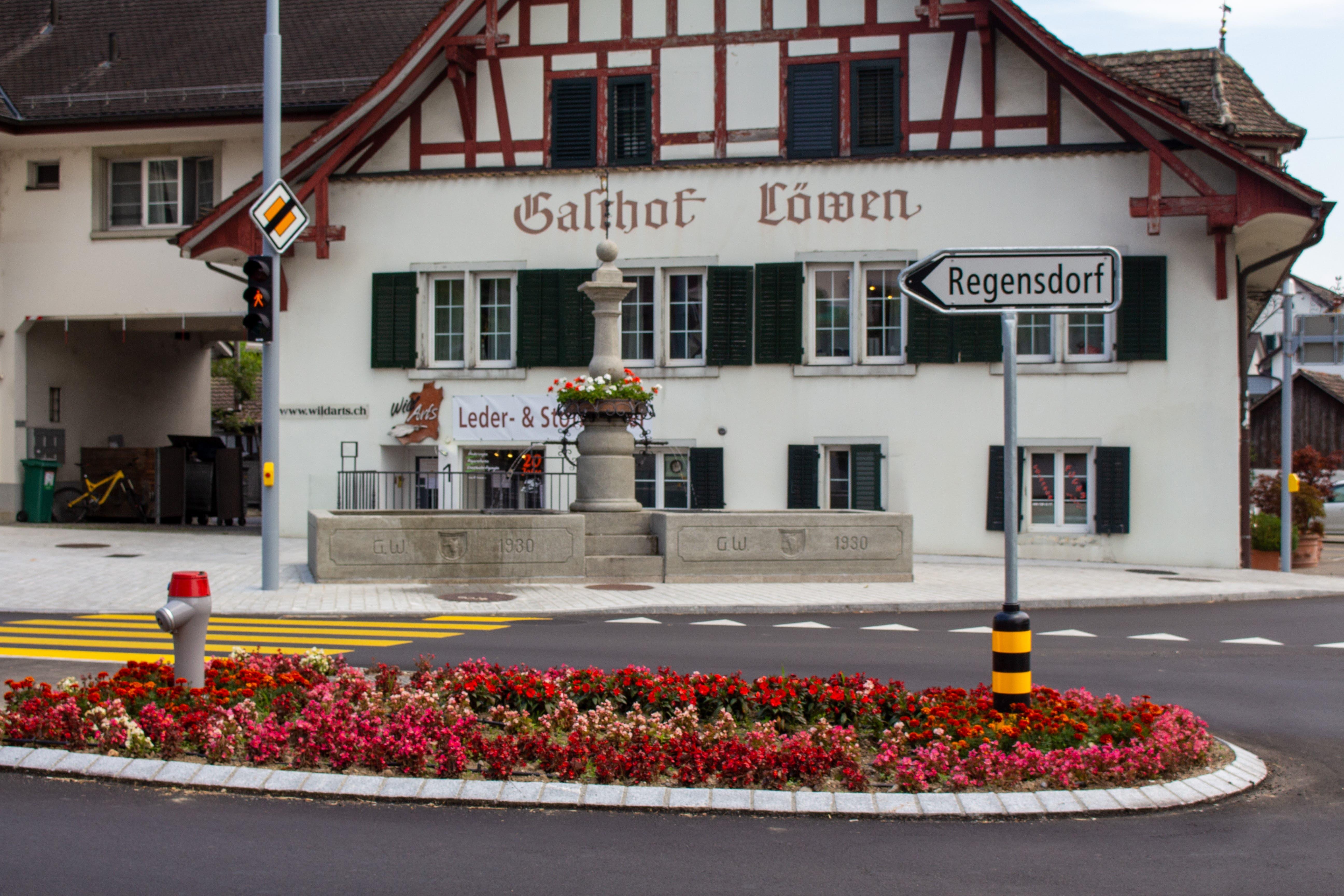 Der Löwen- oder Lindenbrunnen war bereits im 1757 im Dorfzentrum vorhanden. Die Tröge wurden im Jahr 1930 ersetzt.
