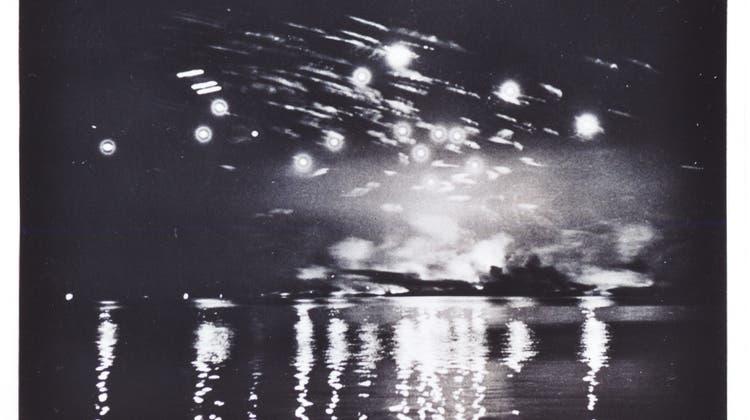 Leuchtgeschosse und Rauchschwaden von den Bomben über Friedrichshafen 1944. (Bild: PD)
