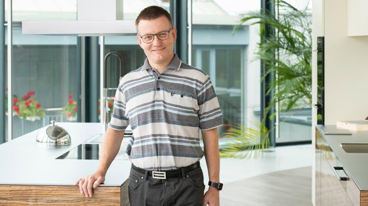 Hansjörg Herzig, Gemeinderatskandidat der SVP Unterentfelden, im Showroom seines Familienunternehmens. (Alex Spichale)