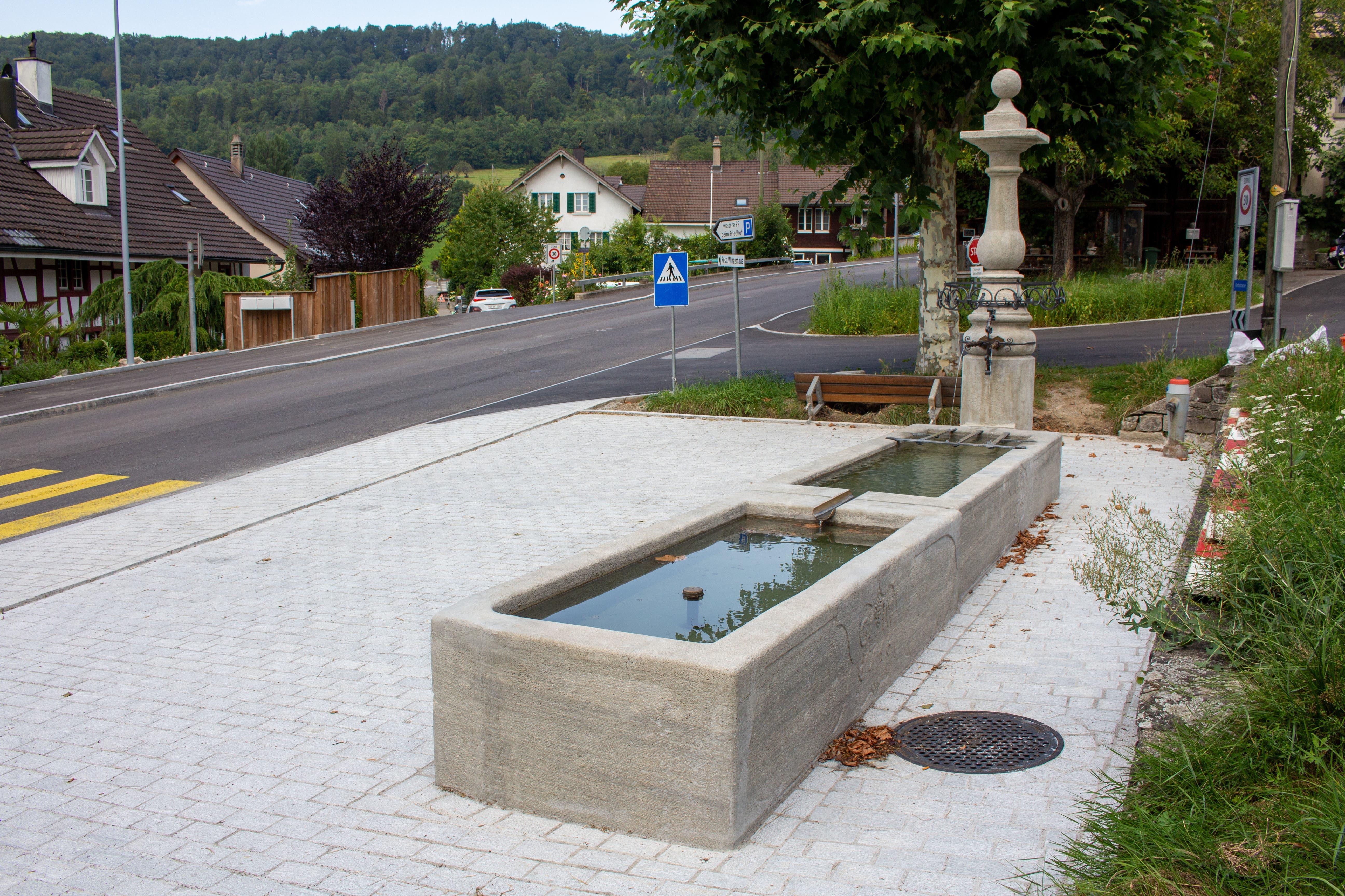 Die drei Dorfbrunnen werden von Leo Niggli in seiner Weininger Chronik erwähnt. Der Oberdorfbrunnen steht an der Kreuzung der Kirchgasse und der Regensdorferstrasse und trägt auf den Trögen die Jahrgänge 1755 und 1756.