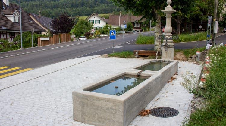 Die drei Dorfbrunnen werden von Leo Niggli in seiner Weininger Chronik erwähnt. Der Oberdorfbrunnen steht an der Kreuzung der Kirchgasse und der Regensdorferstrasse und trägt auf den Trögen die Jahrgänge 1755 und 1756. (Carmen Frei / Limmattaler Zeitung)
