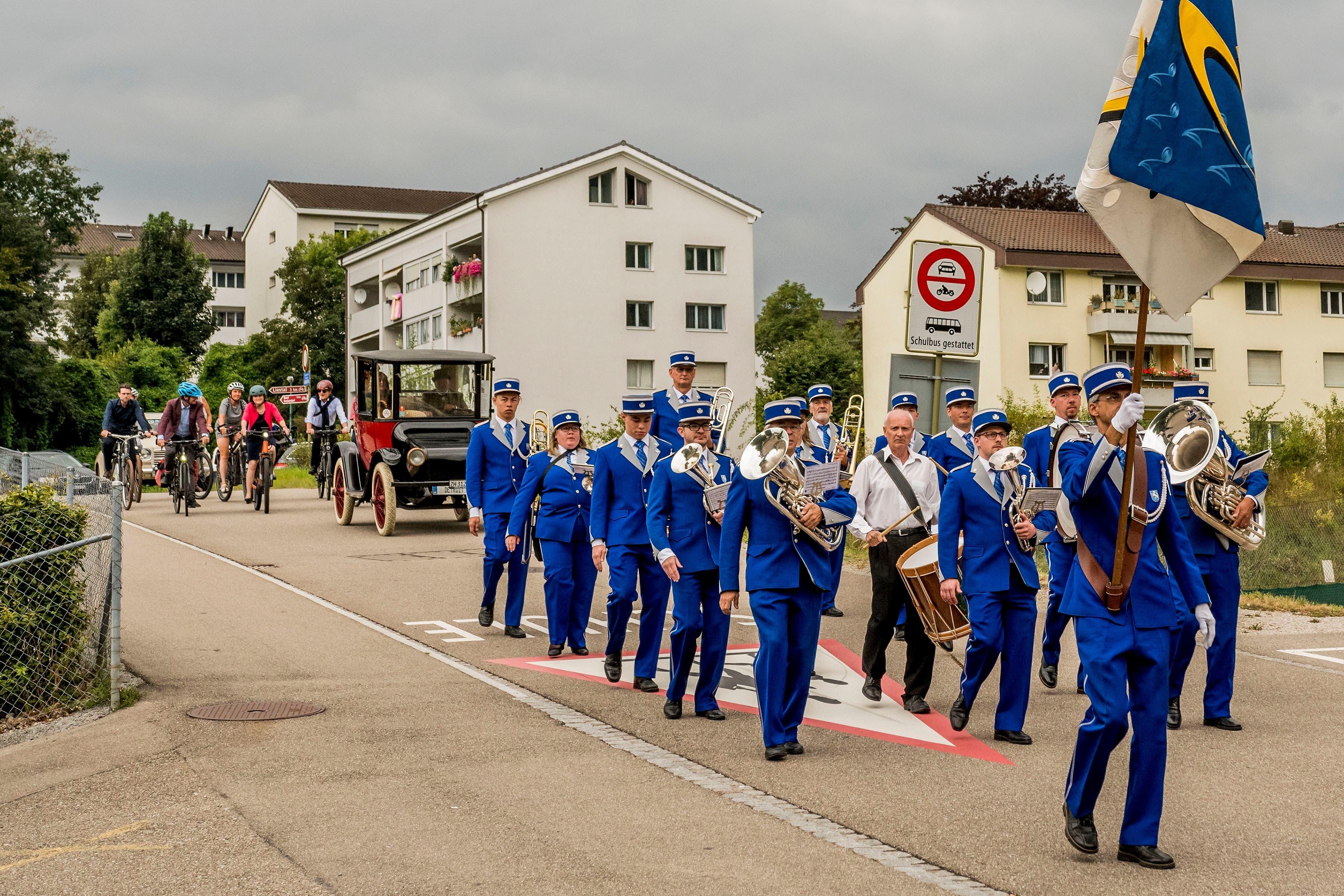 Begleitet wurde sie von einer Flotte E-Bikes, Elektroautos, ein paar normalen Oldtimern sowie der Brass Band MG Füllinsdorf.