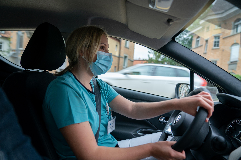 Als Spitex-Mitarbeiterin muss man Autofahren mögen: Julia Singer auf dem Weg zum nächsten Hausbesuch.