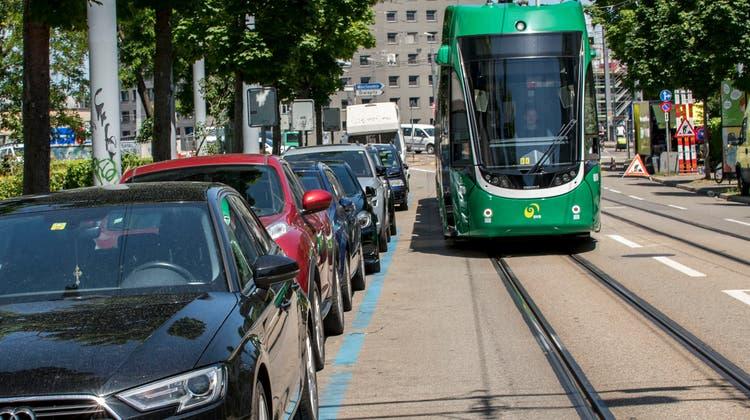 Velofahrende haben in gewissen Strassen zwischen dem Tram und den Parkplätzen kaum Platz. Deshalb werden 222 Parkplätze aufgehoben. (Nicole Nars-Zimmer)