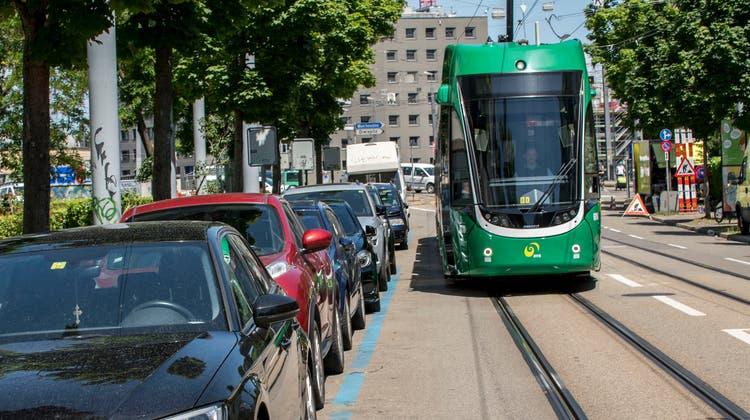 Autos vs. Tram: In der Region wird derzeit darüber diskutiert, ob das U-Abo des Tarifverbunds Nordwestschweiz gratis sein soll und damit der ÖV gegenüber dem Autoverkehr weiter vergünstigt wird. (Nicole Nars-Zimmer)