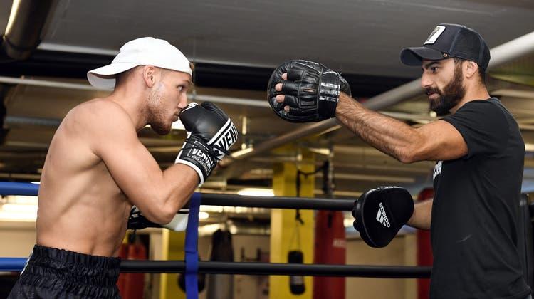 Nemanja Cekic (l.) trainiert mit Ando Hakob für seinen ersten Box-Kampf. (Alexander Wagner)