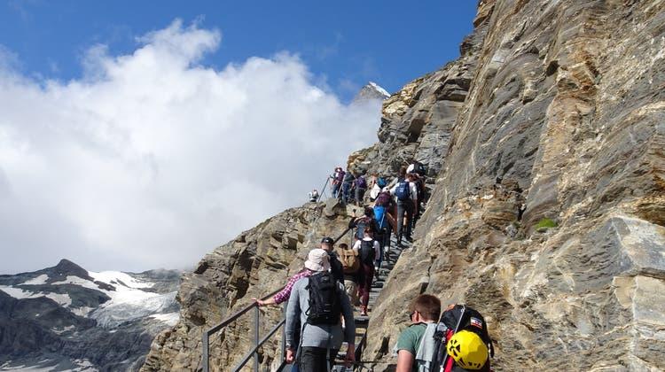 Bergwanderer-Kolonne hinauf zur Hörnlihütte letzte Woche. (Bild: René Fuchs)