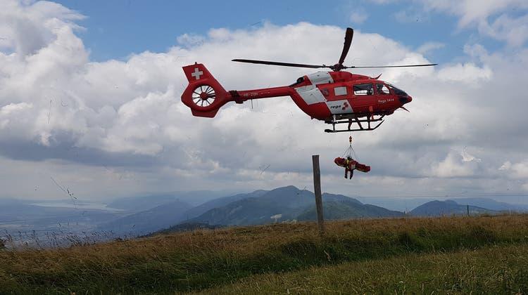 Rega-Rettung auf der Röti: Abgestürzter Gleitschirmpilot wird aus dem Hang geholt