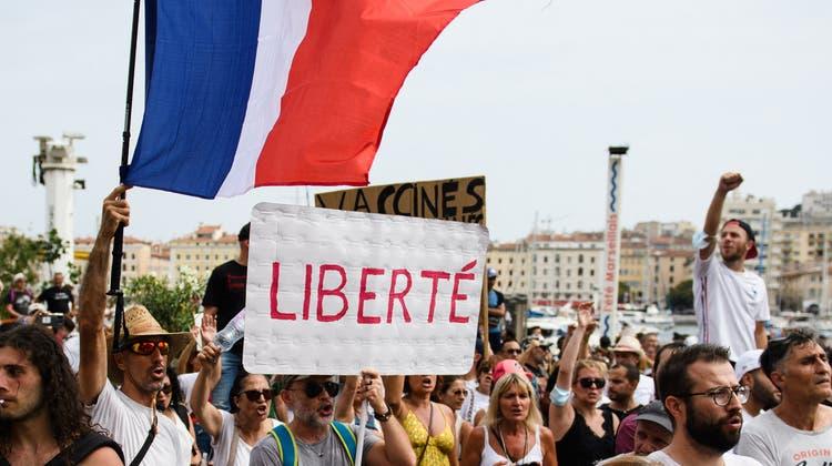 Freiheit auf dem Schuld eines Demonstranten in Paris: In Frankreich haben Anti-Impfzwang-Proteste immer stärkeren Zulauf. (Clement Mahoudeau / AFP)