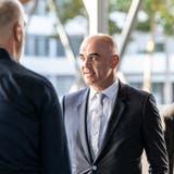 Erhöhte Bedrohungslage: Sandro Brotz (l.) empfängt Alain Berset vor dem Fernsehstudio in Zürich. Im Hintergrund: ein Personenschützer. (Valentin Hehli)